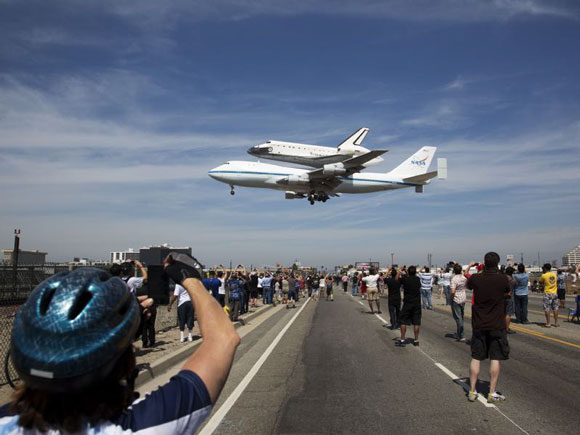 奮進號抵達洛杉磯國際机場 - Space shuttle Endeavour atop the Carrier Aircraft, lands at Los Angeles International Airport 09-21-2012